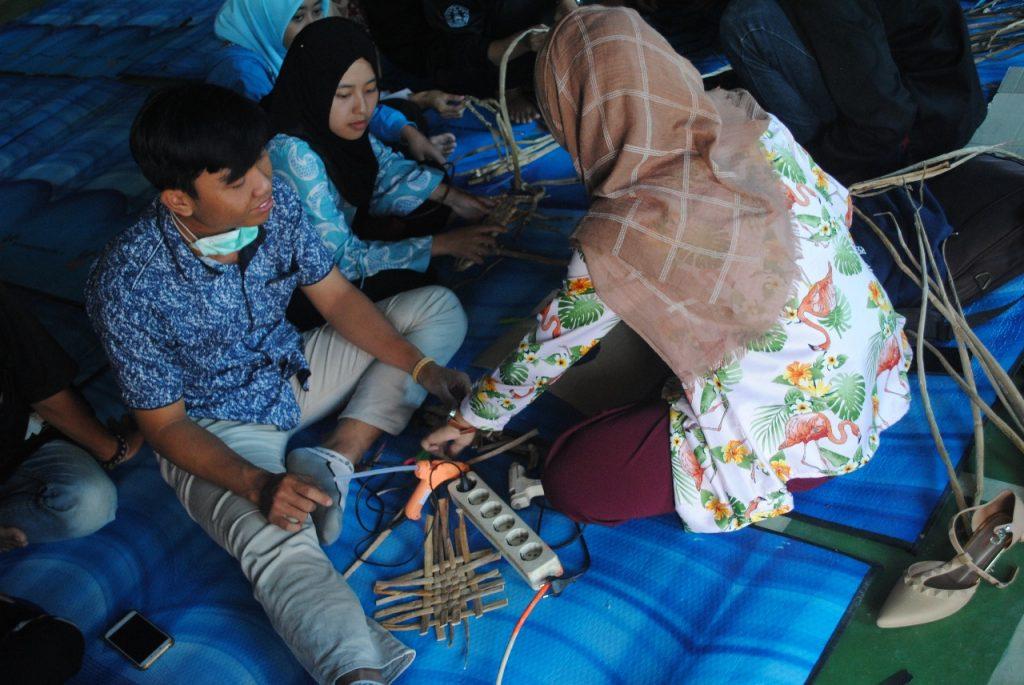 Pelatihan Kerajinan Eceng Gondok di Dukuh Krajan, Kabupaten Kudus (Foto: Sekarsari)