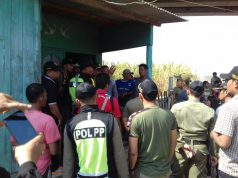 Sejumlah warga sedang berdebat dengan anggota Satpol PP saat upaya penggusuran, Jumat 13 Juli 2018 pagi. (dok. LBH Semarang)