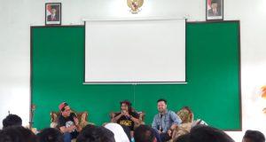 Komika Dodit Mulyanto (tengah) saat open mic di Kampus STAINU Temanggung, Sabtu 28 Juli 2018.