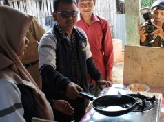 Mahasiswa KKN Undip di Desa Kalisidi, Kecamatan Ungaran Barat, Kabupaten Semarang mendemonstrasikan memasak menggunakan biogas. (dok Tim KKN Undip)