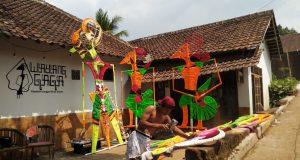 Komunitas Wayang Gaga dari Mijen, Kota Semarang membuat replika lima wayang raksasa sebagai bentuk kepedulian terhadap kerusakan lingkungan.