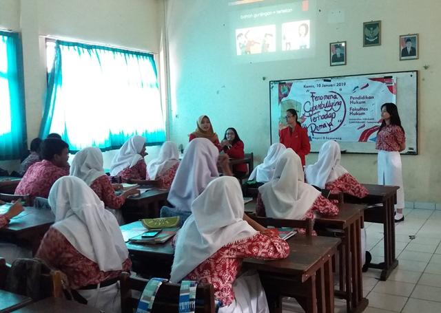 Mahasiswa Fakultas Hukum Universitas Stikubank (Unisbank) Semarang sosialisasikan pencegahan perundungan di sekolah, Kamis, 10 Januari 2019. (M Shofi Tamam)