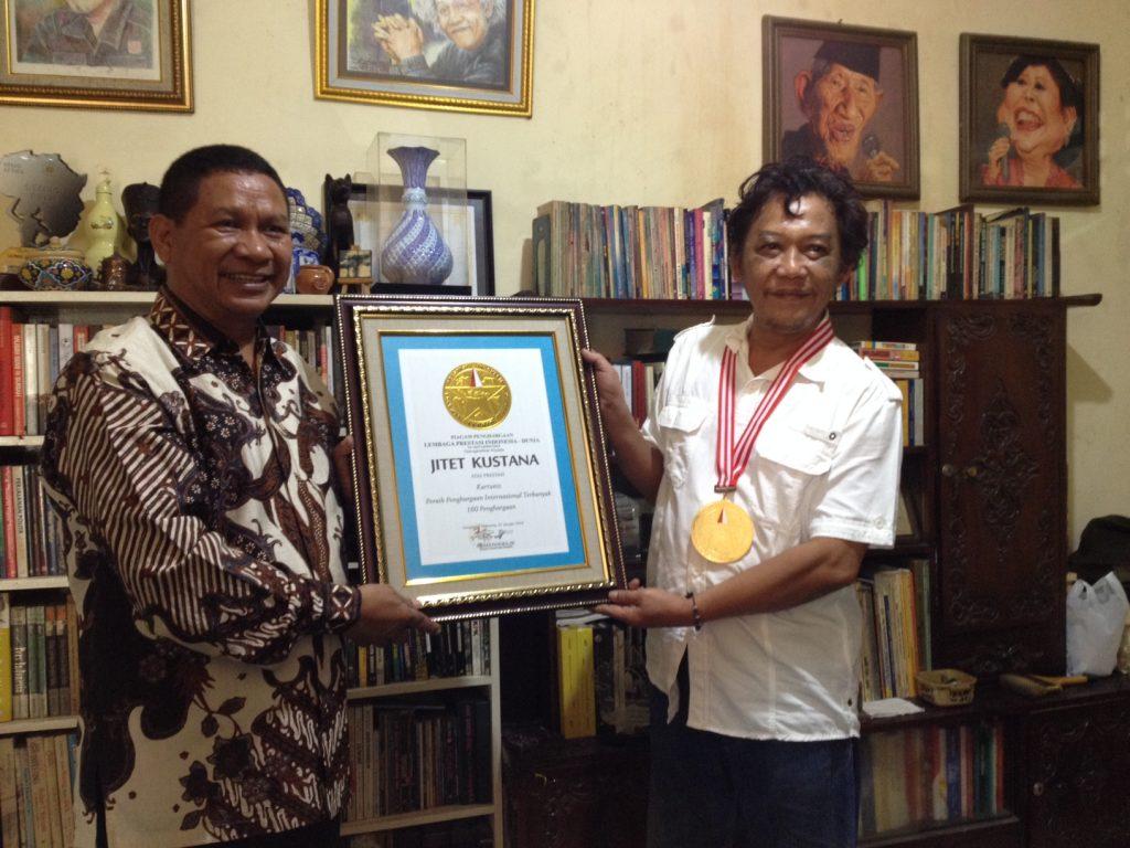 Jitet Kustana (kanan) menerima penghargaan sebagai kartunis dengan penghargaan kartun internasional terbanyak dari Ketua Umum Lembaga Prestasi Indonesia Dunia (LEPRID), Paulus Pangka, Selasa, 22 Januari 2019.