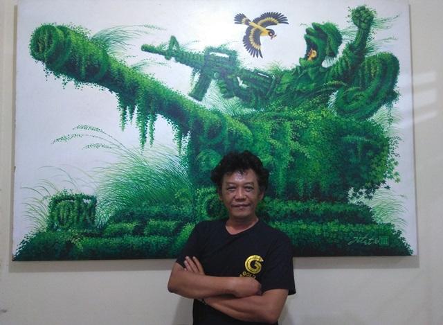 Kartunis senior, Jitet Kustana berpose di depan salah satu karya kartunnya di rumahnya, Jalan Candi Penataran Utara No 12 Kalipancur, Ngaliyan, Kota Semarang.