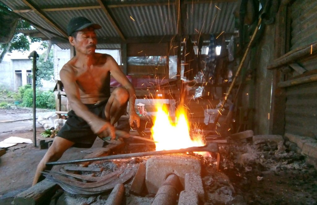 Juyono merupakan generasi ketiga pandai besi asal Mijen, Semarang. Produknya dipasarkan gingga Kalimantan, Sumatera dan Bali. (Foto Anindya Putri)