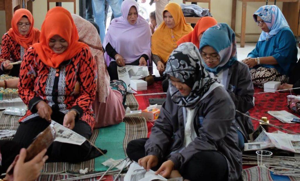 Sejumah anggota PKK Desa Mororejo, Kaliwungu, Kendal mengikuti pelatihan mengelola limbah koran bersama tim KKN UPGRIS, Jumat, 1 Januari 2019.