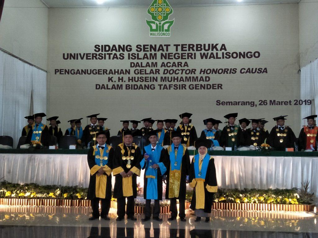 K.H. Husein Muhammad (tengah) menerima penganugerahan gelar Doctor Honoris Causa dalam bidang Tafsir Gender dari UIN Walisongo Semarang, Selasa 26 Maret 2019.