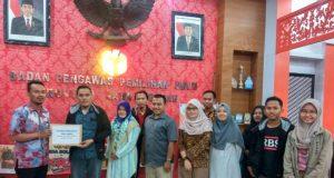 Komunitas Peduli Pemilu Bersih Jawa Tengah (Kopi Ireng) menyerahkan laporan indikasi pelanggaran netrakitas ASN kepada Bawaslu Jawa Tengah, 21 Maret 2019. (istimewa)