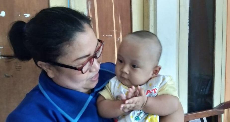 Maria Magdalena, pendiri Rumah Aira menggendong anak ODHA, 2 Maret 2019.