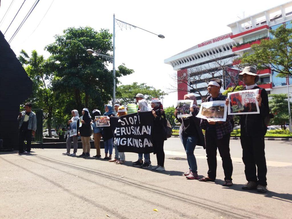 Peserta aksi tuntut Pemprov Jawa Tengah hentikan aksi perusakan lingkungan saat peringatan hari bumi, Senin, 22 April 2019.