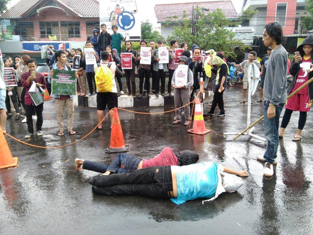 Sejumlah aktivis di Kota Semarang menggelar aksi tuntut Undip untuk memecat oknum dosen pelaku pelecehan seksual di kampus, Kamis, 4 April 2019.