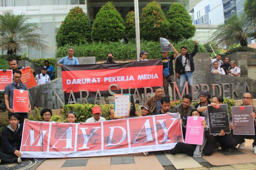 Koalisi pekerja media menggelar aksi solidaritas terhadap pekerja media Suara Merdeka, Abdul Munif di depan Gedung Menara Suara Merdeka, Rabu, 1 Mei 2019. (dok SPLM Jawa Tengah)