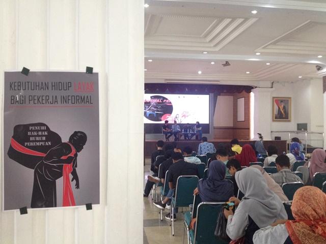Sejumlah pekerja rumahan mengikuti diskusi saat Festival Pekerja Rumahan di Wisma Perdamaian Semarang, Kamis, 2 Mei 2019.