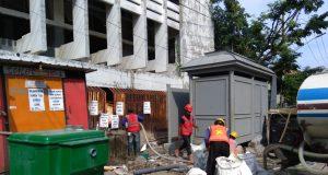 Pengerjaan toilet yang berdekatan dengan situs sumur artesis tertua di Kota Lama Semarang.