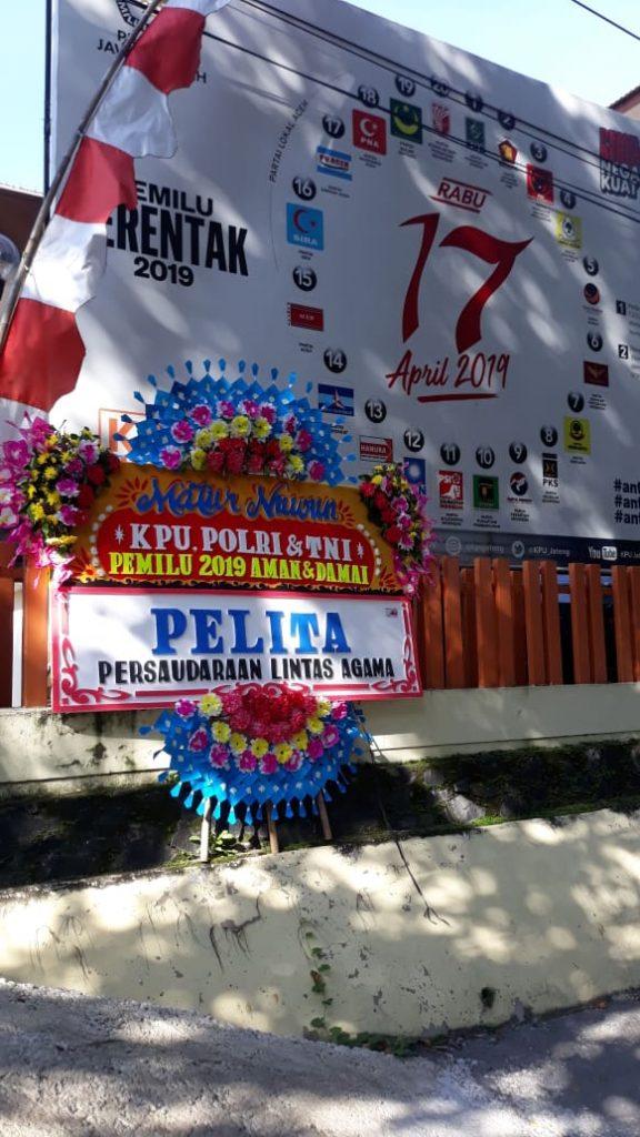 Karangan bunga ucapan terima kasih untuk KPU, Polri dan TNI dari Persaudaraan Lintas Agama (Pelita Semarang).