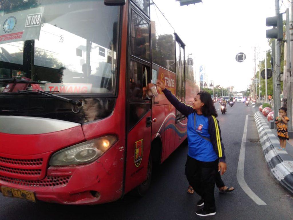 Taruna Siaga Bencana (Tagana) Kota Semarang bagikan takjil kepada pengendara di Jalan Pemuda Semarang, Sabtu, 25 Mei 2019. (foto Ulil/ serat.id)