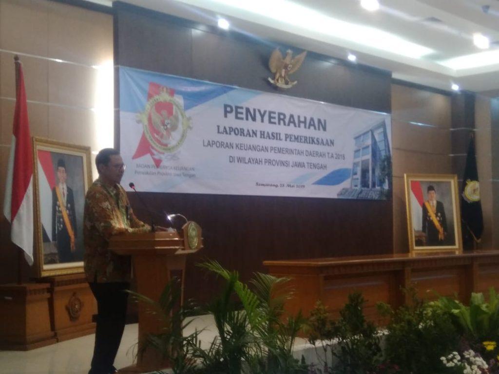 Kepala Perwakilan BPK Provinsi Jawa Tengah, Ayub Amali meyampaikan opini wakar tanpa pengecualian kepada 26 daerah kabupaten/ kota, Selasa, 28 Mei 2019. (foto Ulil/ Serat.id)
