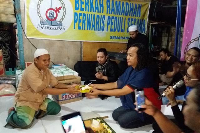 Persatuan Waria Semarang (Perwaris) menyerahkan bantuan donasi dan santunan kepada Panti Asuhan  Yayasan Panti Asuhan Kiai Ageng Fatah di jl. Plamongan Sari RT 02 RW 12, Pedurungan, Semarang, 13 Mei 2019. (foto Tamam/ Serat.id)