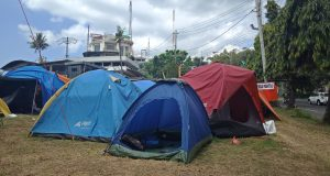 Tenda Camping yang digunakan sebagai posko mudik oleh leompok pecinta alam di tanjakan Gombel, Semarang