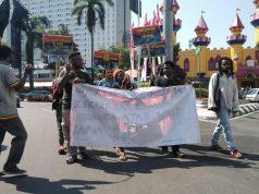 Sejumlah mahasiswa asal Papua menggelar aksi di Jalan Pahlawan Kota Semarang, Sabtu, 6 Juli 2019. (Tamam/Serat.id)