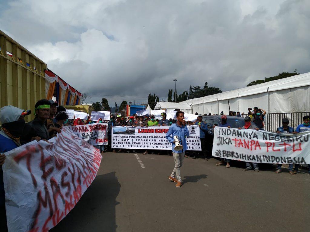 Aktivis yang tergabung dalam Forum Masyarakat Winong Peduli lingkungan (FMWPL) menggelar aksi di depan Kantor Kabupaten Cilacap, Rabu (24/7/2019). (ist)
