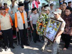 Gubernur Jawa Tengah, Ganjar Pranowo saat menghadiri upacara pemakaman almarhum Sutopo Purwo Nugroho, Senin, 8 Juli 2019. (istimewa)