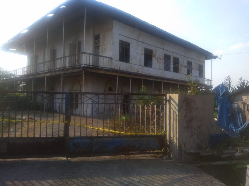 Gedung bersejarah milik Kantor PT Kereta Api Indonesia (PT KAI) di Jalan Pengapon, Kemijen, Semarang Timur,  Kota Semarang terbakar Rabu, 10 Juli 2019. (Ulil/ serat.id)