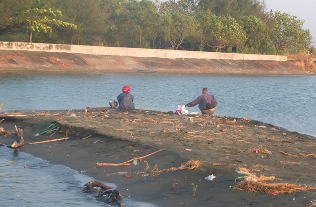 Kondisi pantai Tirang yang berlokasi di Tugurejo, Kecamatan Tugu, Semarang terlihat memprihatinkan.  (Dimitri Janitra/ serat.id)
