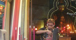 Salah satu pengurus Vihara Buddhagaya, Rusmiyantosedang menyiapkan dupa, Sabtu, 13 juli 2019. (Dimitri Janitra/magang)