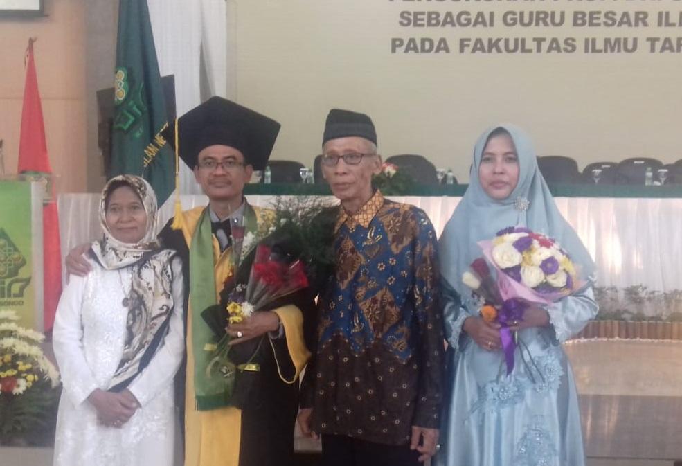 Prof Syamsul Maarif berpose bersama keluarga usai pengukuhan guru besar di kampus UIN Walisongo Semarang, Kamis 4 Juli 2019.